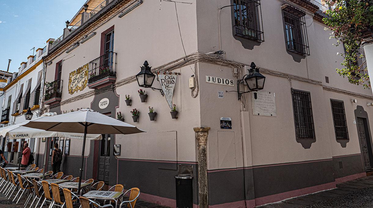 El restaurante Casa Rubio cuenta con una ubicación privilegiada junto a la Puerta de Almodóvar
